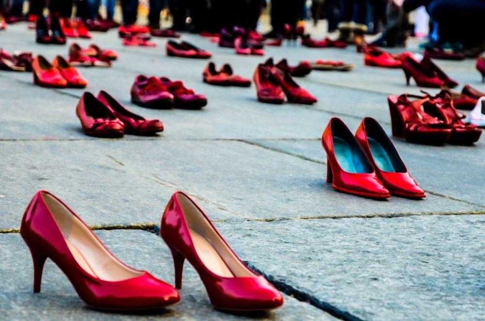 buy popular 74e52 cee34 Parole, immagini e scarpe rosse: la città dice no alla ...