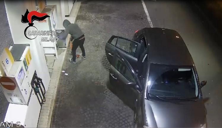 Quindici furti in un mese, fermata la banda dei distributori di benzina